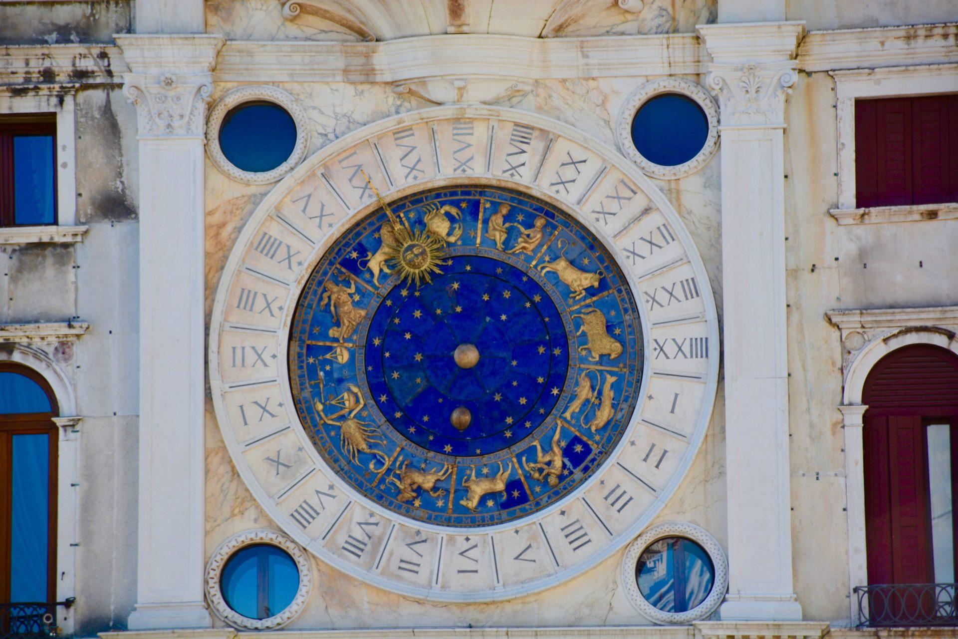 Les planètes et maisons astrologiques